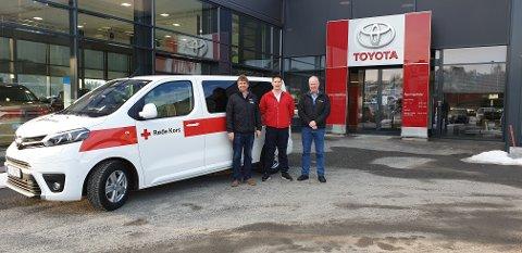 NY BIL: Fra venstre Reklameservice, Rune Loftås, Nestleder Ringerike og Hole Røde Kors, Christian Buen og selger ved Toyota Hønefoss, Anders Nuland