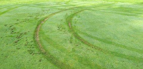 HJULSPOR: Hører ikke hjemme på en golfbane.
