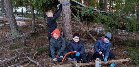 SAGES OG SPIKKES: Aktiviteter som saging og hamring hører med når man skal bygge en gapahuk i skogen.