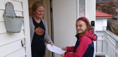 BESØKER NABOER: Det er gode naboer på Ekeberg som får gleden av å lese de selvproduserte avisene til Emina.