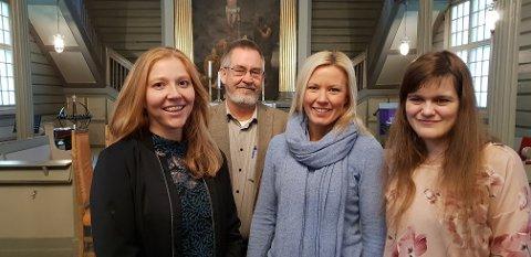 SKAL VIGSLES: Her ser vi de tre kvinnene som skal vigsles søndag, sammen med prost Øyvind Nordin. Fra venstre ser vi Astrid Melås Sandnes, Hilde Heitmann og Sofie Bergh.
