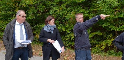 BEFARING: Her ser vi advokat Ole Petter Breistøl, som forsvarer en av de tre tiltalte, sammen med aktor An Eline Rimstad Johansen og en politimann under befaringen der conraineren til Trygg Trafikk brant opp.