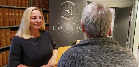 FORNØYD: Advokat Lene Høivang var svært fornøyd med dommen i Sandefjord tingrett, som frikjente hennes klient for uaktsomhet i forbindelse med tilhenger-ulykken 4. august 2017.