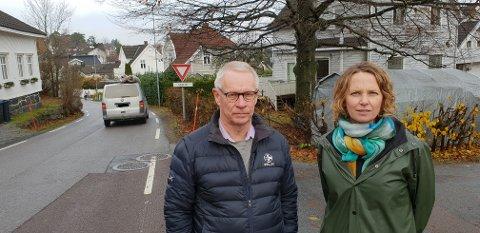 SMALT: Her ser vi Tor Steinar Mathiassen og Hanne Børresen Johansen i Haneholmveien, vel 100 meter sør for Pukkestadveien. Legg merke til hvor trangt det er på den smale veien, og hvor uoversiktlig svingen er. Vi ser også to skoleelever på vei sørover bakerst i bildet.