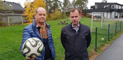 LØSNING KLAR: Dag Storm Halvorsen (til venstre) og hans advokat Ingar Håland er veldig glade for at partene fant en løsning på tvisten om fotballbanen i bakgrunnen, før saken kom til retten.