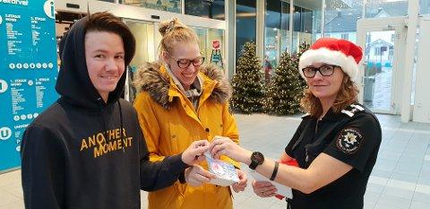 FIKK BATTERI: Maria Køhler og Alexander Reichborn-Kjennerud fikk batterier, sjokolade og en liste med forebyggende ting å passe på i hjemmet.