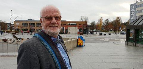 SPØR ELEVENE: Ivar Ramberg spør skoleelevene hva de mener, når han besøker kommunens mange skoler.