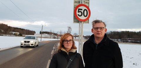 BER OM FLYTTING: 50-sonen i Råstadveien bør flyttes sørover, slik at det blir 40-sone over en lengre strekning forbi skolen, mener Asbjørn Wendelborg og Kari Rød Stene ved Unneberg skole.