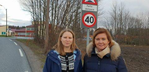 GJENNOMFARTSVEI: Her ser vi FAU-leder Bente Andersson og rektor Rita Moholdt på Lingelemveien, der der kjører mange flere biler enn tidligere. Mange av dem holder også for høy fart.