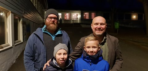 FÅR HJERTESONE: Thor André Andersen (FAU-leder), Arnfinn Brevik (avdelingsleder Helgerød skole), Per Reinert Bredvei (elevrådet - til høyre foran) og Jakob Aarnes (elevrådet) har alle jobbet hardt for at Helgerød skal bli en Hjertesone-skole. Nå er de snart i mål.