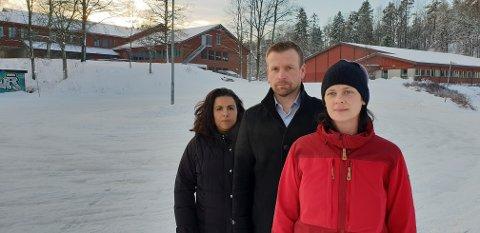 - MÅ BORT: Alison Axisa Eriksen, Lars Erik Nystuen og Siv Marit Hynne Lea vil fjerne rundkjøringen de her står inne i. I bakgrunnen ser vi Andebuhallen og Andebu ungdomsskole.