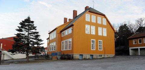 MÅ PUSSES OPP ELLER FRAFLYTTES: Framnes skole er en av skolene som trenger vedlikehold. den foreslåtte storskolen på Vesterøy vil kunne huse elevene også herfra.