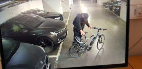 TYVERI: Den skjeggete sykkeltyven tok med seg tre elssykler fra garasjeanlegget i Kilen Brygge.