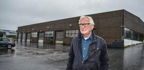 LEDIG: Hans Erik Hoberg er prosjektleder og ansvarlig søker for byggeplanene på Pindsle, her foran lokalene i Pindsleveien der Norslep tidligere holdt til. T.v. ses Biltema.