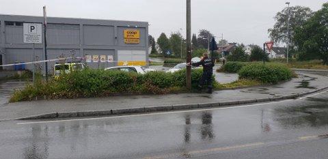 Politiet er i ferd med å sperre av parkeringsplassen til nærbutikken i krysset Kvernelandsveien/Hoveveien.