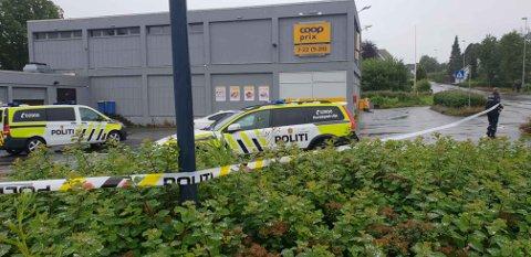Politiet sperrer av området utenfor Prix-butikken i Kvernelandsveien.
