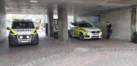 UNDERGANG: Politiet oppstilt i undergangen mellom Ruten og St. Olavs gate lørdag ettermiddag.