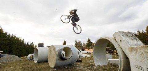 RÅ PÅ SYKKELEN: Eirik Ulltang har stålkontroll på sykkelen sin.