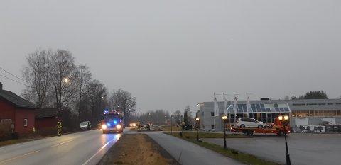 En bergingsbil har tatt med seg begge kjøretøyene. Brannvesenet ble igjen for å rydde opp på stedet.