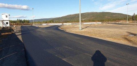ASFALTERT: Ski- og skiskytterstadion på Bjørgan har denne uka fått nylagt asfalt, så nå skal det være klart for å gå på rulleski der.