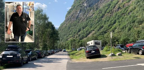 PARKERINGSKAOS PÅ HJELLE: – Folk parkerer der dei vil når det ikkje er ledig på høveleg plass, seier eigar av Tya AS og styremedlem i Visit Årdal, Henrik Rønningen.