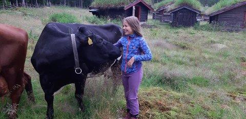 Det var Agnes Jørgine Hatling (10) og hennes mor, Ingvild Stornes, som kjørte i gang årets setersommer på Hatlingsetra da sommeren tok til for fullt.