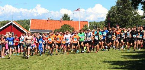 STARTEN har gått: Startskuddet har gått for 10 kilometeren i Jomfrulandsløpet.  FOTO: TERJE BAKKE OG KRISTINE RINGSJØ TUFTE