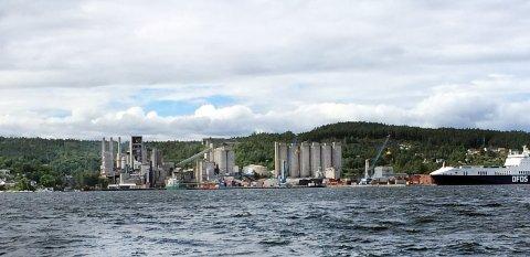 BOLIGER: Avfallshåndteringsbedriften Noah ønsker å lage landets neste deponi i gruvegangene under fjorden. Velforeningen ønsker at kommunen i stedet går videre med boligplaner i de omkringliggende åsene rundt fabrikkområdet.
