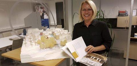 ØNSKER NYTT: Svært mange i Grenland ønsker ikke å kjøpe brukt men vil ha en ny bolig neste gang de skifter bosted, sier Barbro Rasmussen som er leder for Eiendomsmegler 1 Telemark. Her ved modellen av Snipetorp – utbyggingen i Skien hvor halvparten av leilighetene nå er solgt.