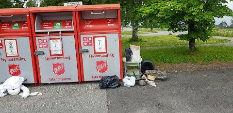 LETTVINT: Noen er late og her har en eller flere dumpa et søppellass ved containere som er til innsamling av klær og sko.