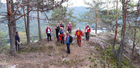 PÅ VEI: Folka på fellesturen til turlaget på vei opp mot Kotuhaugen