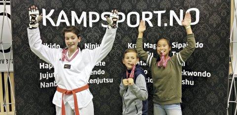 I norgescup: Thea Emilie Engvik Aasen (fra venstre), Theodor Engvik Aasen og Lena Yue Willumsen Jørgenvåg var med på norgescup i taekwondo.