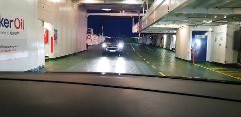 Dette bildet ble tatt like etter kollisjonen og ferga måtte snu den andre enden til, slik at passasjerene kom seg av.