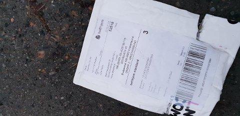 Her er emballasjen fra pakken som ble stjålet fra June Falch sin postkasse, som hun fant ikke langt unna postkassen.