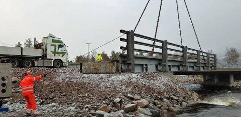 Den midlertidige brua over Storelva på Meisingset ble fjernet i forrige uke. I bakgrunnen skimtes den nye brua. (Foto: Frank Melby, Statens vegvesen)