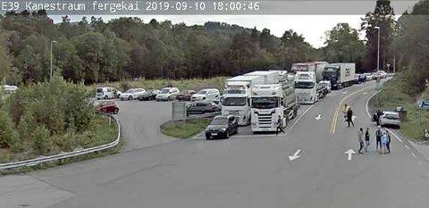 Det fylles opp med kø på begge sider av Halsafjorden. Her fra Vegvesenets webkamera på Kanestraum.