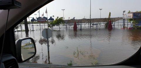 Store landområder står under vann og de materielle ødeleggelsene er store etter uværet, hvor minst seks mennesker omkom.