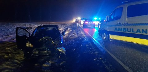Den ene bilen har fått store skader i front.