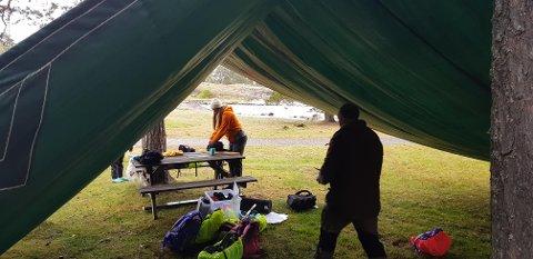 TAK: Presenningen ble taket over hodet på elevene da uteundervisningen startet på Fjærholmen mandag.