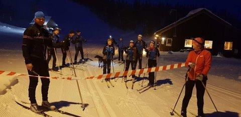 1.282 KILOMETER:  63 deltakere tilbakela hele 1.282 kilometer da Røyrvik arrangerte 24-timersrenn. Her ser vi Hans Oskar Devik (fra venstre),  Per Simen og Pål Rune Nyvik, Tore Tødås, Elfrida Staldvik Wallervand, Sindre og May Tødås, Ida Hojem Lindman, Martin, Sigrid og Tanja Staldvik Wallervand under åpninga av rennet fredag.