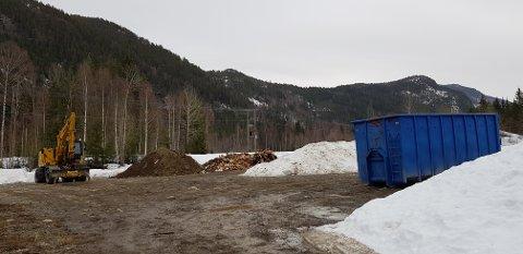 Ulovlig: Opprydningen av det ulovlige bygg-avfallet som er dumpet og gravd ned ved Hølt er i gang.