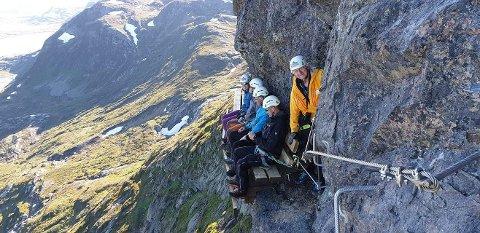 Luftig rasteplass: Turfølget nyter en rast på Ørslebenken, midt i fjellveggen på Synshorn.