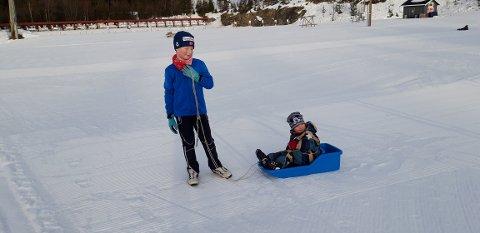 Lena og Tim kosa seg på store kvite flater i Skisenteret i Skrautvål. Dei kom frå Oslo, og var på helgebesøk i Valdres.