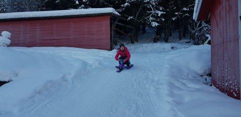 Ut på tur: Liv Madelen Bakke i aksjon om vinteren. Aking er moro, medan det som sumaren er trampolinen som er hovudaktiviteten.