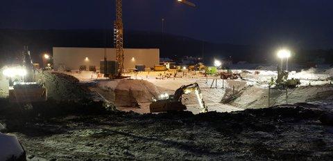 For at nye Nittedal ungdomsskole skal stå ferdig som planlagt til skolestart i august neste år, pågår byggearbeidene fra tidlig morgen til seine kvelden. Foto: Inge Asplund Johansen.
