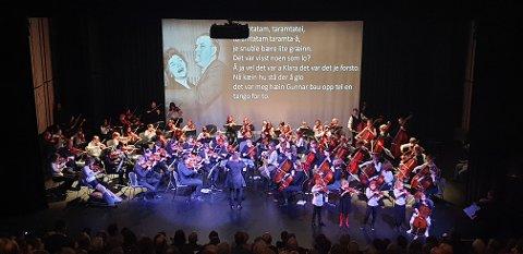 AVSLUTNINGSNUMMERET: Scenen var full av strykere under avslutningsnummeret «Tango for to».