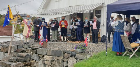 Orkesteret Soon etter frokost har det travelt på 17. mai, men holder på tradisjonen med felles frokost. Her synges nasjonalsangen.