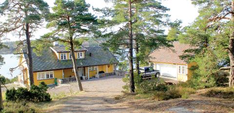 PRAKTEIENDOM: Brevikveien 42 består av to bygninger og to brygger og har utsikt over Vrengen, sundet mellom Nøtterøy og Tjøme.