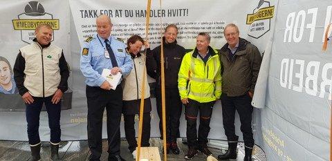 MOT ARBEIDSLIVSKRIMINALITET: Håndverkere, ordfører Petter Berg og representanter fra politiet og skatteetaten stod lørdag på stand på Torvet for å informere om samarbeidsprosjektet Medbyggerne.