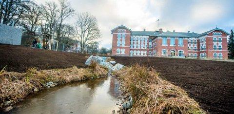 PRAKTISK OG ESTETISK: Det er lagt opp til åpne overvannsløsninger istedenfor rør i bakken i den nye parken.